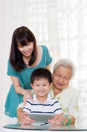 Drie generaties familie plezier op het internet Stockfoto