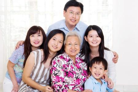 asia family: retrato de 3 generaciones de la familia