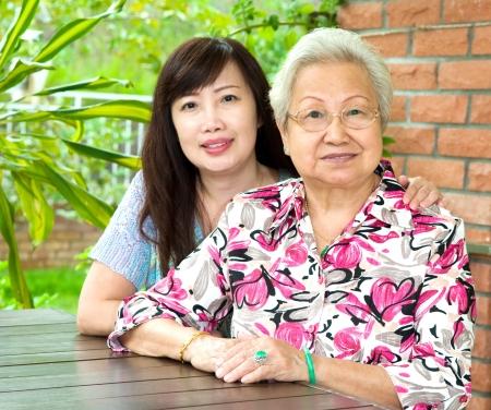 Donna anziana e sua figlia Archivio Fotografico - 20206466