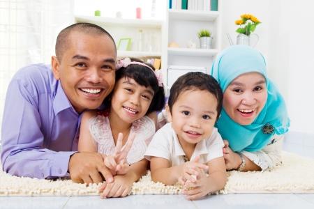 indonesian woman: Familia musulm�n en el suelo