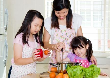 Aziatische familie keuken levensstijl