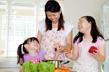 ni�os ayudando: Asian vida cocina familiar