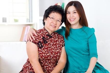 dadã  daughter: Retrato de la mujer mayor asiática e hija