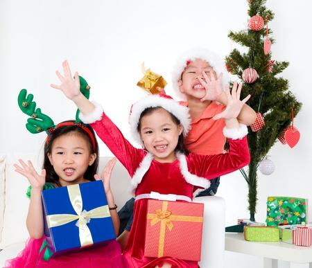 fiesta familiar: Ni�os asi�ticos celebran la Navidad