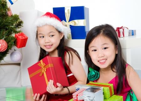 cajas navide�as: Chicas asi�ticas con la caja de regalo de Navidad