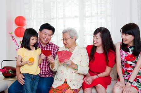 Famille asiatique célébrant le nouvel an chinois Banque d'images