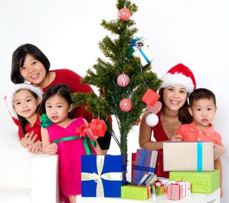 familia cristiana: Familia asi�tica que celebra la Navidad