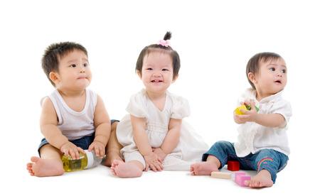 niños chinos: Bebés asiática encantadora juega los juguetes Foto de archivo