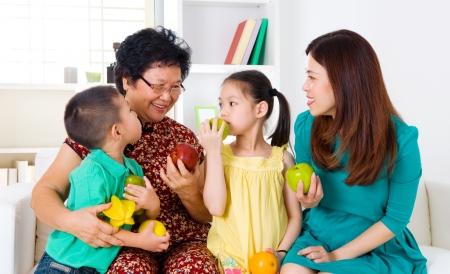 familia comiendo: Una alimentaci?n saludable