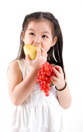 eating fruits: Ni�a que come las frutas