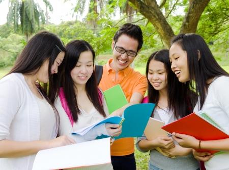 alumnos estudiando: Los estudiantes asi�ticos en la discusi�n Foto de archivo