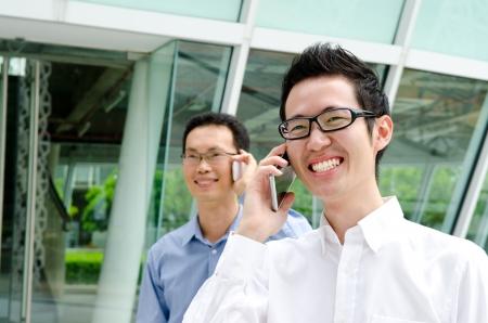 persona llamando: hombres de negocios hablando por teléfono