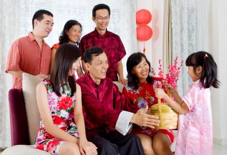 중국 새 해에 조부모에게 선물 바구니를주고 귀여운 소녀