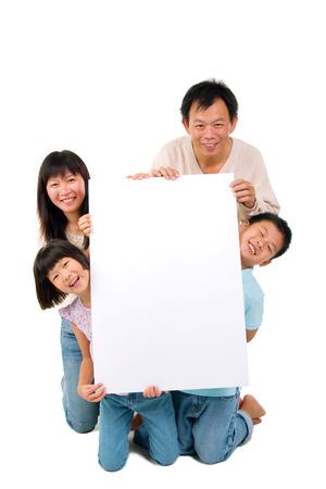 tabule: Asijské rodina drží bílou tabuli