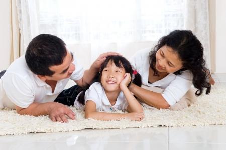 familia saludable: Familia de raza mixta se relaja en su casa Foto de archivo