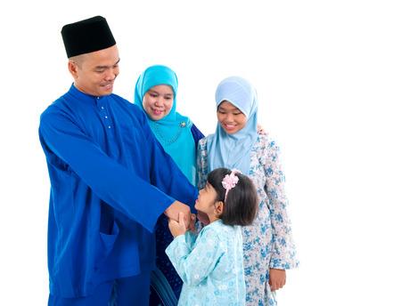 gente saludando: muchacha musulmán saludo a padre