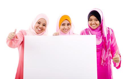 mujeres musulmanas: Las mujeres musulmanas que sostienen un tablero blanco