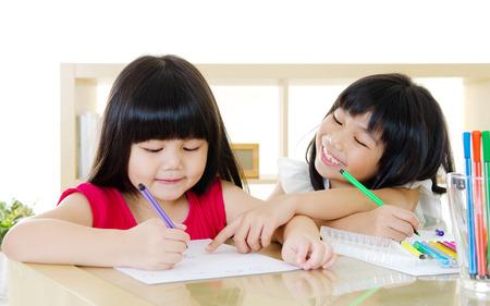 escuela primaria: Los niños asiáticos de dibujo