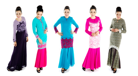 Mujer musulmana en la actual moda Kurung baju