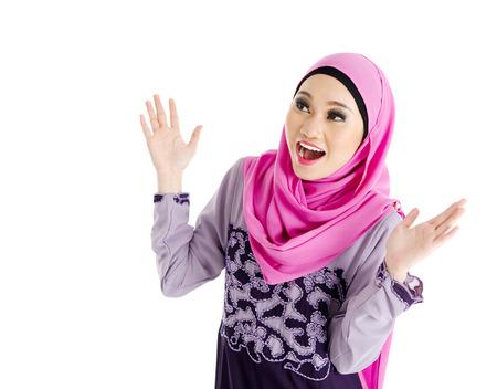 驚きの表情でイスラム教徒の女性