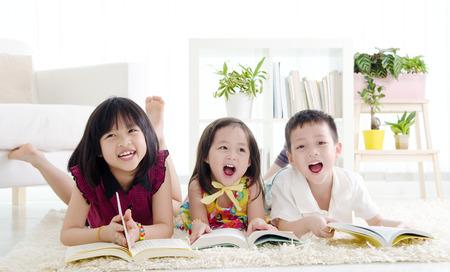アジアの子供たちは床に横たわって