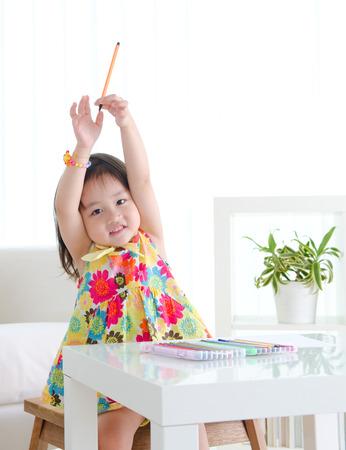 niños chinos: Precioso niño asiático levantó las manos Foto de archivo
