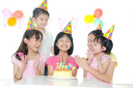niño cantando: fiesta de cumpleaños de niños asiáticos Foto de archivo