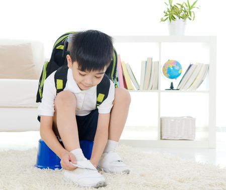 niño con mochila: Aliste a la escuela Foto de archivo