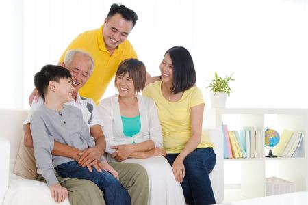 padres hablando con hijos: Familia asiática tres generaciones