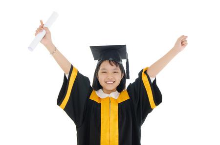 Graduado niño de la escuela asiática en traje de graduación y la tapa