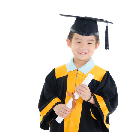 Muchacho asiático en traje de graduación y birrete