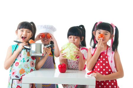 ni�os sanos: ni�os que se divierten con la cocina. Concepto de alimentaci�n saludable.