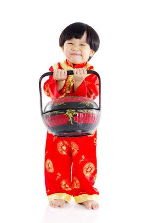 giftbasket: Chinese jongen die een geschenk mand, chinees nieuw jaar concept Stockfoto