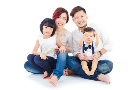 ni�os chinos: Retrato de interior de la familia asi�tica Foto de archivo