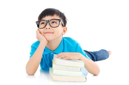 Aziatische school jongen liggend op de vloer Stockfoto
