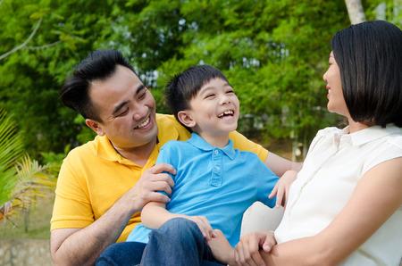 padres hablando con hijos: Familia asi?tica