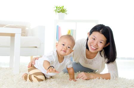 bebe gateando: Asia madre y el bebé