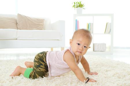 bebe gateando: Bebé de Asia
