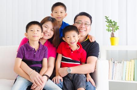 リビング ルームでアジアの家族