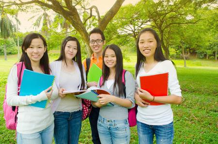 convivencia escolar: Grupo de alegres estudiantes universitarios asiáticos