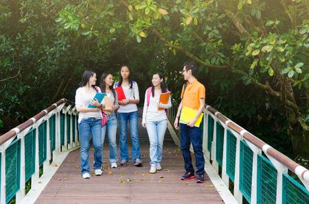 Gruppe asiatische Studenten Fuß in den Park Standard-Bild - 40873392