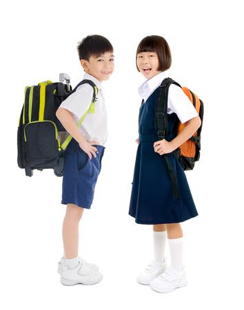 primární: Asijské školní děti v uniformách a prováděné schoolbag Reklamní fotografie