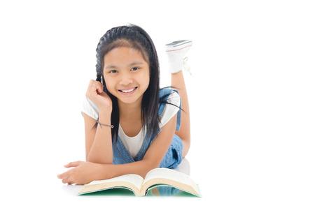 Asiatisches Mädchen, das auf dem Boden liegend und Lesen Standard-Bild - 43208056