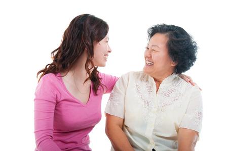 madre e hija: Mujer mayor asiática e hija que la conversación