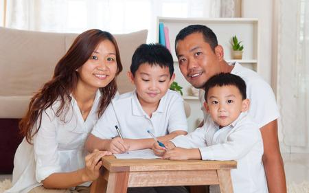 Aziatische familie in de woonkamer