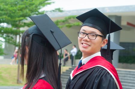 graduado: Asiática graduado universitario Alegre Foto de archivo