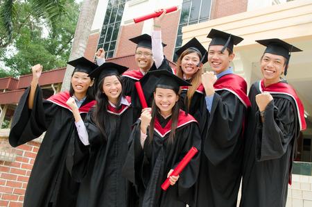 birrete de graduacion: Grupo de graduados universitarios excitados Foto de archivo