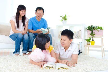 mom dad: Familia asiática en el salón