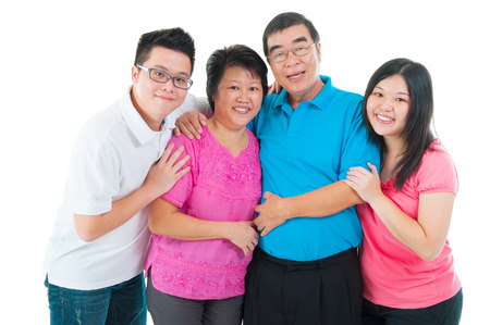 hijos: Retrato de familia asiática aislada sobre fondo blanco