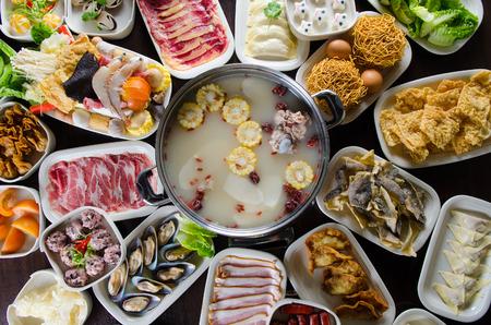 Chinesischen Stil heißen Topf Suppe mit einer Vielzahl von Zutaten Standard-Bild - 47545427